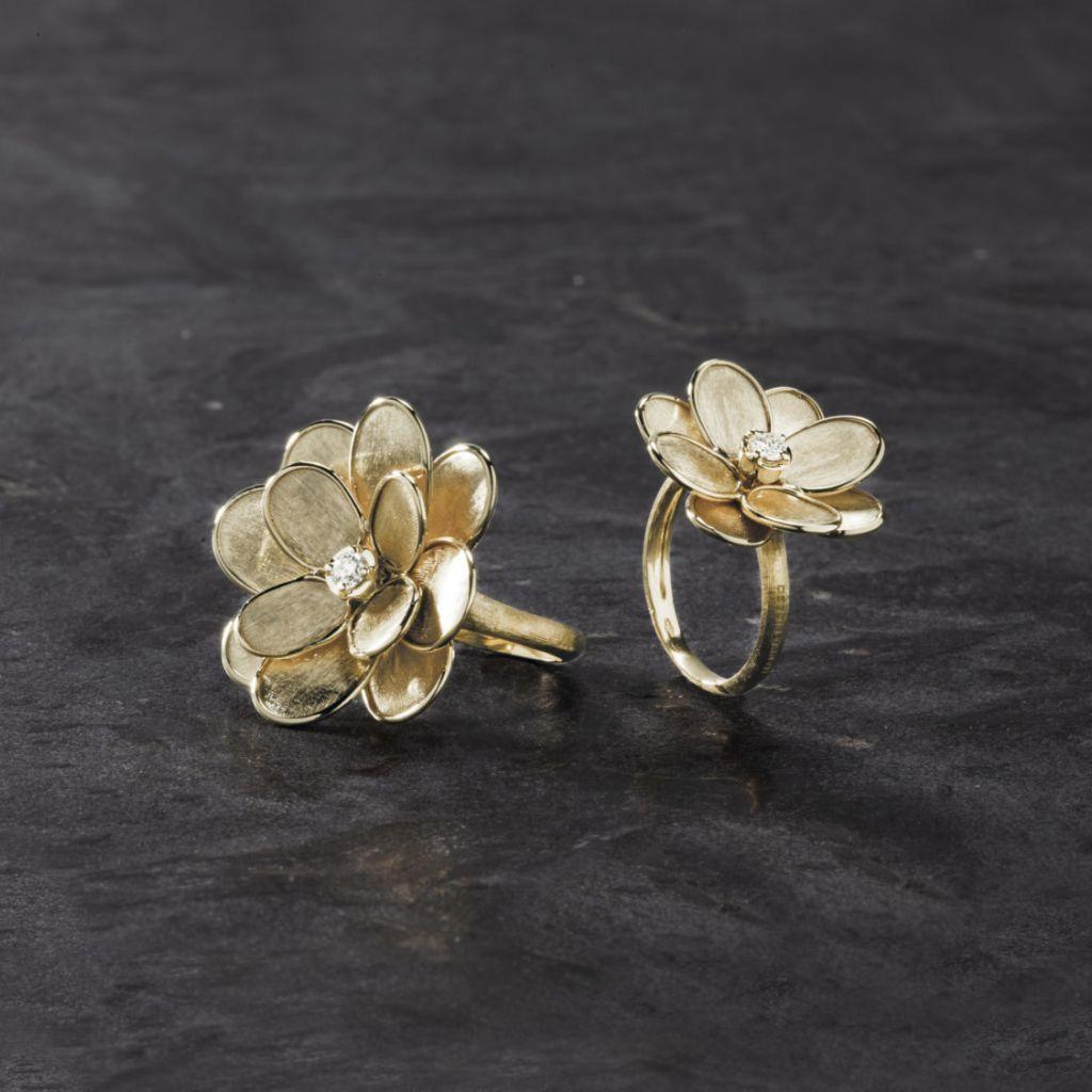 Bague Marco Bicego Lunaria Petali fleur en or jaune guilloché et diamant