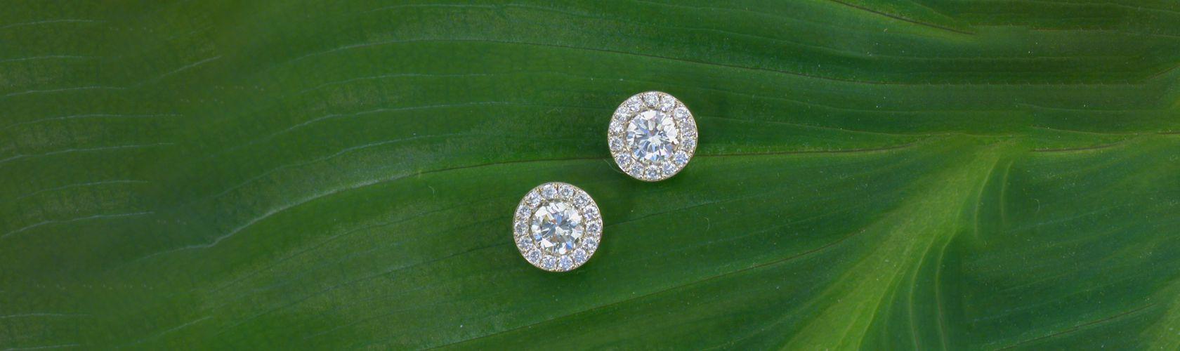 Boucles d'oreilles boutons diamants avec entourage diamants, création David Mann