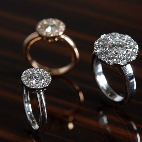 bagues de fiançailles diverses création david mann à liège or blanc or jaune diamants rubis améthyste aigue marine