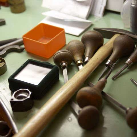 atelier bijoutier joaillier outils poinçons savoir faire