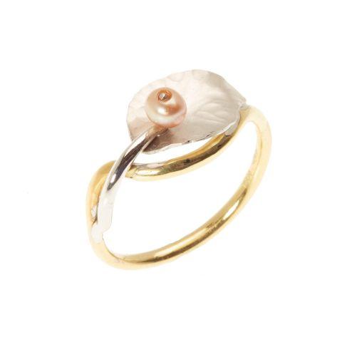 Bague Georges Cuyvers en or jaune, pétale en or blanc martelé et petite perle rosée