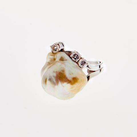 Bague perle baroque et diamants sur or blanc