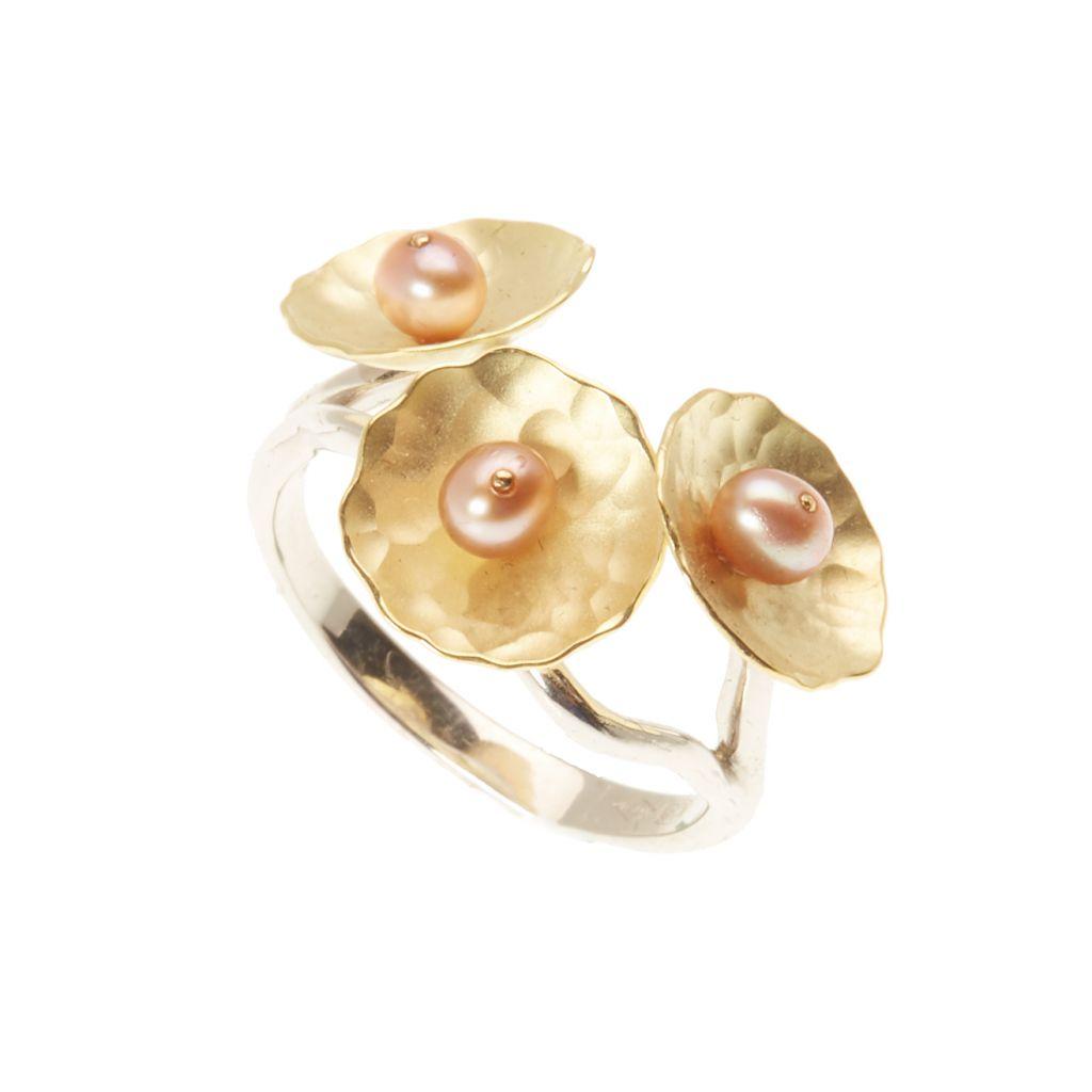 Bague Georges Cuyvers soucoupes d'or jaune martelé, petites perles rosées et anneau en or blanc